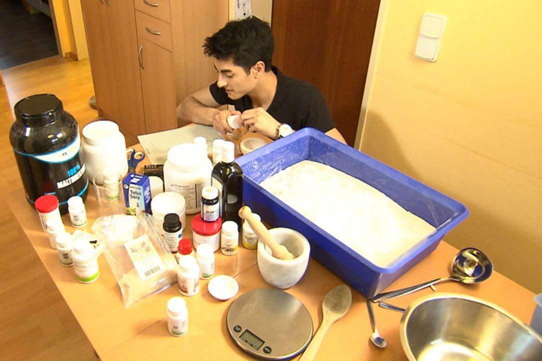 """In der Food-Woche dreht sich bei """"Galileo"""" alles ums Thema Nahrung. Reporter Olcay Özdemir ernährt sich eine Woche lang nur von """"Soylent"""", einem Pul... - Bildquelle: ProSieben"""
