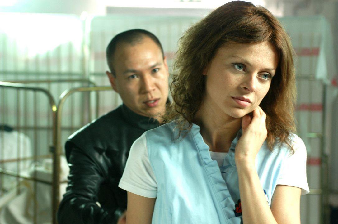 Auch wenn Ho (Nick Dong-Sik, l.) den weisen Konfuzius nicht kennt, steht er doch immer Katrin (Isabell Gerschke, r.) mit Rat und Tat zur Seite ... - Bildquelle: ProSieben