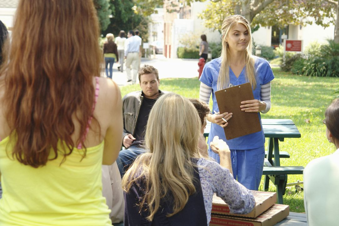 Nimmt sich den neuen Studenten an: Dr. Mahoney (Eliza Coupe, r.) ... - Bildquelle: Touchstone Television
