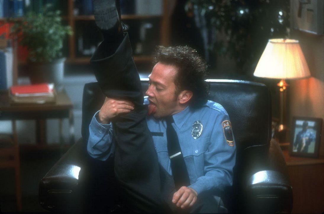Bereits nach kurzer Zeit wird deutlich, dass der schüchterne Marvin (Rob Schneider) mit seinen nunmehr dürftigen menschlichen Anteilen immer wenig... - Bildquelle: 2003 Senator Film