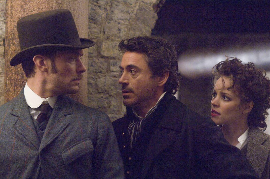 Ein neues Rätsel tut sich für Sherlock Holmes (Robert Downey Jr., M.) und seinen Gehilfen Watson (Jude Law, l.) auf, in dem der Meisterdetektiv au... - Bildquelle: Warner Brothers