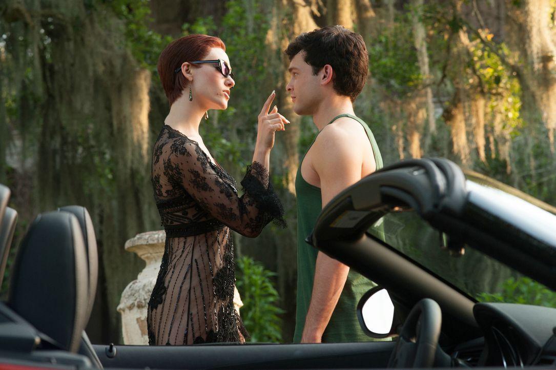 Was führt Ridley (Emmy Rossum, l.) mit Ethan (Alden Ehrenreich, r.) im Schilde? - Bildquelle: 2013 Concorde Filmverleih GmbH
