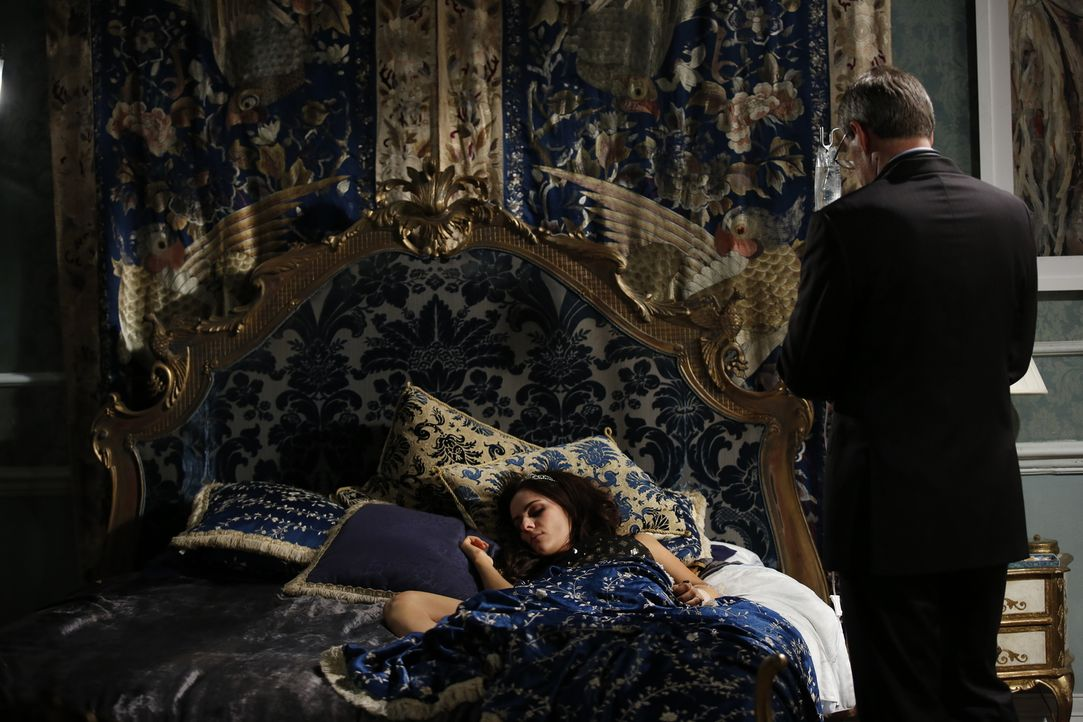 Dr. Cohen (Peter Vollebregt, r.) kümmert sich um Eleanor (Alexandra Park, l.) - die nach einem feuchtfröhlichen Abend total verkatert ist ... - Bildquelle: Tim Whitby 2014 E! Entertainment Media LLC/Lions Gate Television Inc.