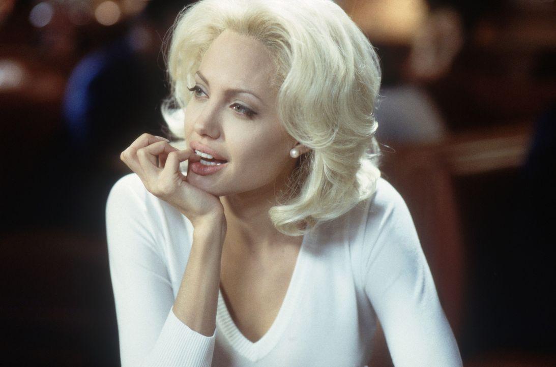 Die platinblonde ehrgeizige Moderatorin Lanie Kerrigan (Angelina Jolie) setzt alles daran, einmal so berühmt zu werden wie ihr großes Vorbild TV-Iko... - Bildquelle: 2002 Twentieth Century Fox Film Corporation.  All rights reserved.