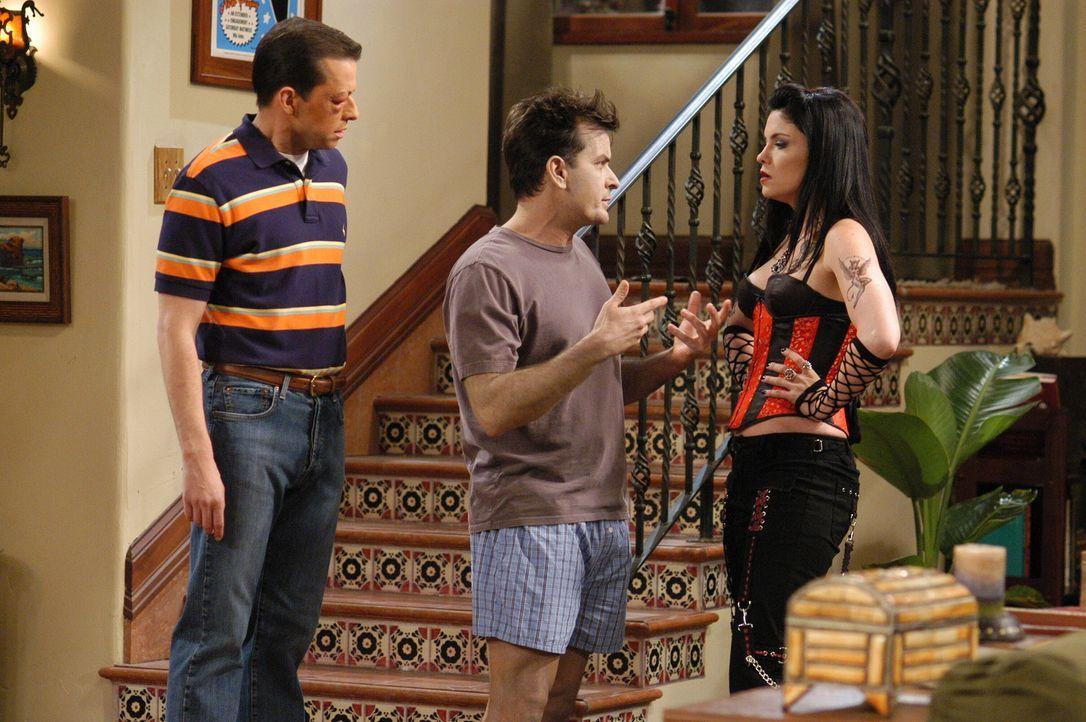 Alan (Jon Cryer, l.) und Charlie (Charlie Sheen, M.) machen sich Sorgen, denn Isabelle (Jodi Lyn O'Keefe, r.) entpuppt sich als Satanistin ... - Bildquelle: Warner Brothers Entertainment Inc.