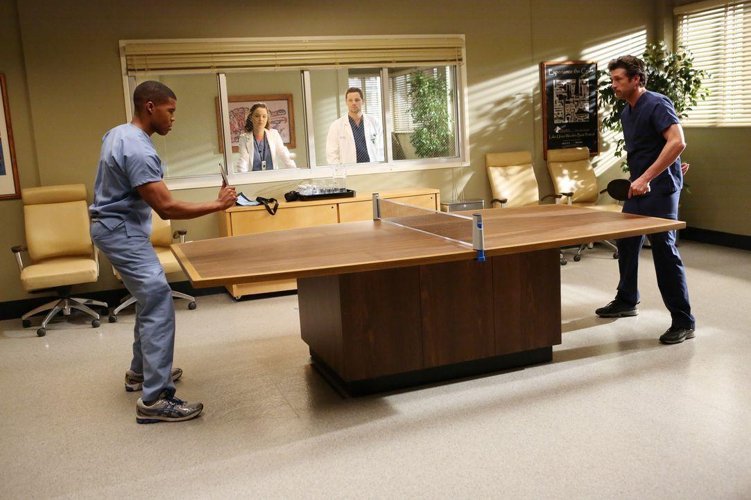 Nach und nach bekommen Derek (Patrick Dempsey, r.) und Shane (Gaius Charles, l.) Zuschauer, die sogar Wetten abschließen: Alex (Justin Chambers, 2.... - Bildquelle: ABC Studios