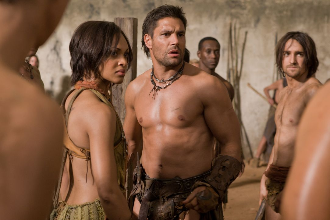 Als plötzlich Ilithyia in den zerfallenen Tempelmauern mitten im Wald auftaucht, sind nicht nur Crixus (Manu Bennett,3.v.r.) und Naevia (Cynthia-Add... - Bildquelle: 2011 Starz Entertainment, LLC. All rights reserved.