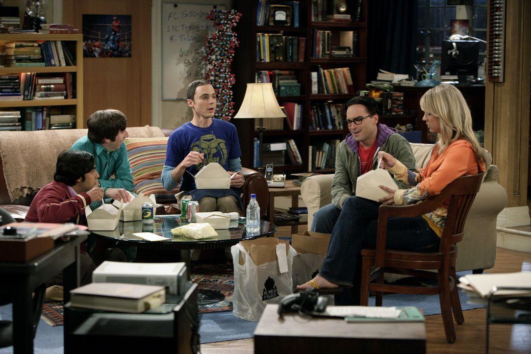 Gute Freunde: Penny (Kaley Cuoco, r.), Leonard (Johnny Galecki, 2.v.r.), Sheldon (Jim Parsons, M.), Rajesh (Kunal Nayyar, l.) und Howard (Simon Helb... - Bildquelle: Warner Bros. Television