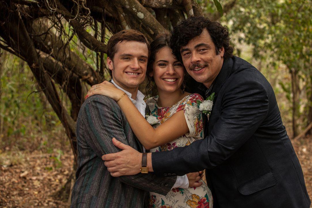 Als Nick (Josh Hutcherson, l.) und Maria (Claudia Traisac, M.) ihre Liebe bekannt geben, wird der Kanadier von Marias Onkel Pablo Escobar (Benicio D... - Bildquelle: 2014 CHAPTER 2 - NORSEAN PLUS - PARADISE LOST FILM A.I.E