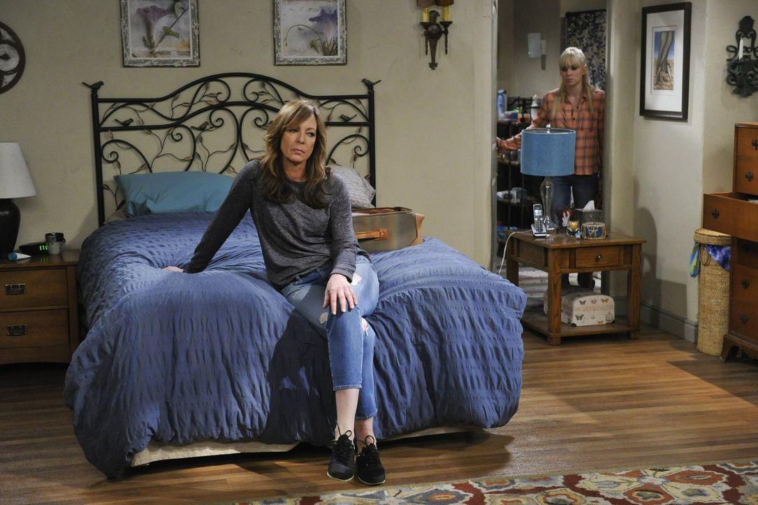 Christy (Anna Faris, r.) hat genug von ihrer Mutter Bonnie (Allison Janney, l.): Sie will ausziehen ... - Bildquelle: Warner Bros. Television