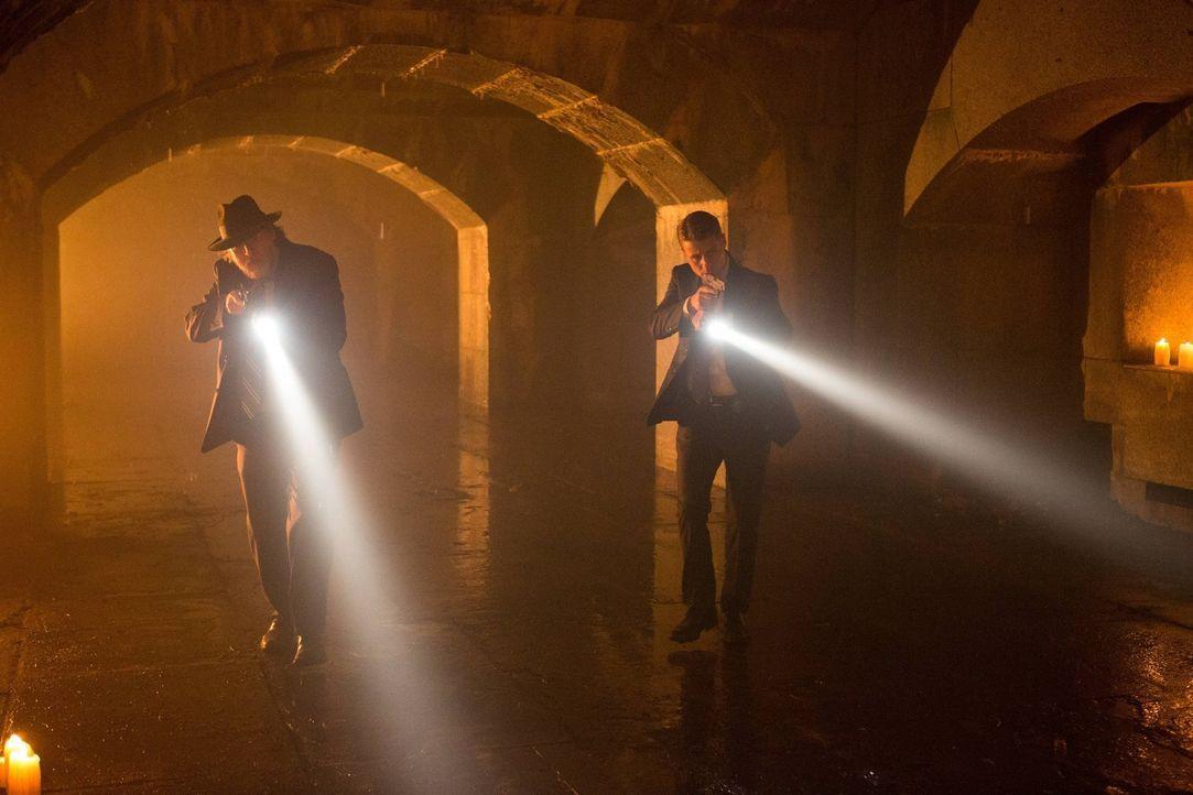 Versuchen alles, um gegen Theo Galavan vorzugehen: Gordon (Ben McKenzie, r.) und Bullock (Donal Logue, l.) ... - Bildquelle: Warner Brothers