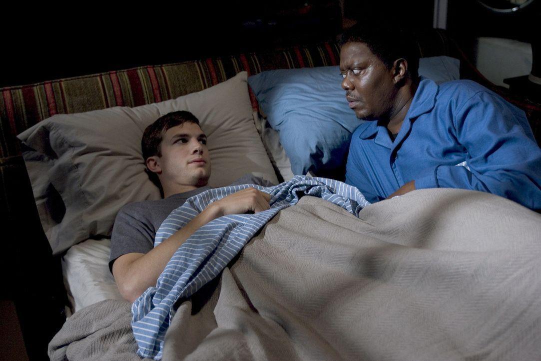 Im Keller des Jones-Hauses befindet sich das sogenannte Herrenzimmer. Hier wird Simon (Ashton Kutcher, l.) die kommenden Nächte getrennt von seiner... - Bildquelle: 2007 CPT Holdings, Inc. All Rights Reserved. (Sony Pictures Television International)