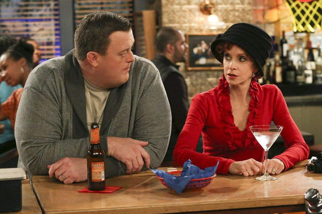 Wundern sich über Mollys plötzliche Veränderung: Mike (Billy Gardell, l.) und Joyce (Swoosie Kurtz, r.) ... - Bildquelle: Warner Brothers