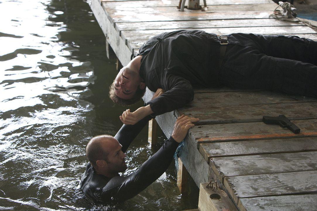 Gefühllos, präzise und schnell: Arthur Bishop (Jason Statham, l.) verrichtet seine Arbeit als Auftragskiller mit der mechanischen Präzision einer... - Bildquelle: 2010 SCARED PRODUCTIONS, INC.