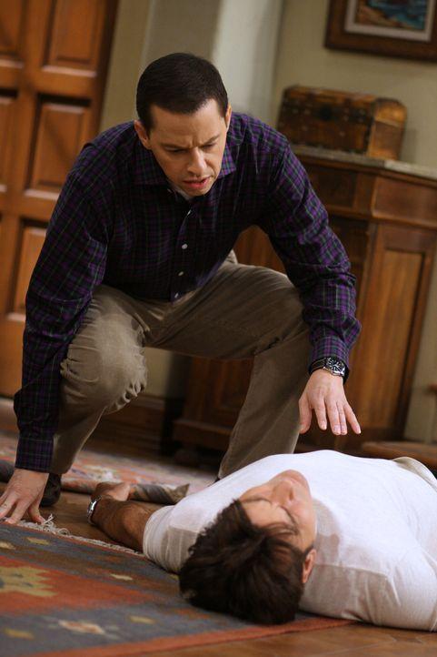 Alan (Jon Cryer, l.) macht sich Sorgen um Charlie (Charlie Sheen, r.), der von der Treppe gestürzt ist, während sein Sohn Jake sein Chance wittert... - Bildquelle: Warner Brothers Entertainment Inc.