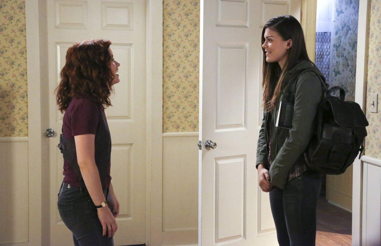 Tessa (Jane Levy, l.) erfährt, dass Ryan für einen Besuch nach Hause kommen und sogar seine neue Freundin June (Lindsey Shaw, r.) mitbringen wird ..... - Bildquelle: Warner Brothers