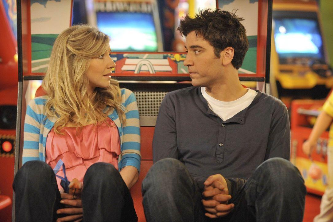 Ted (Josh Radnor, r.) weiß noch nicht alles über seine zukünftige Ehefrau Stella (Sarah Chalke, l.), aber er weiß, dass sie auf jeden Fall die R... - Bildquelle: 20th Century Fox International Television