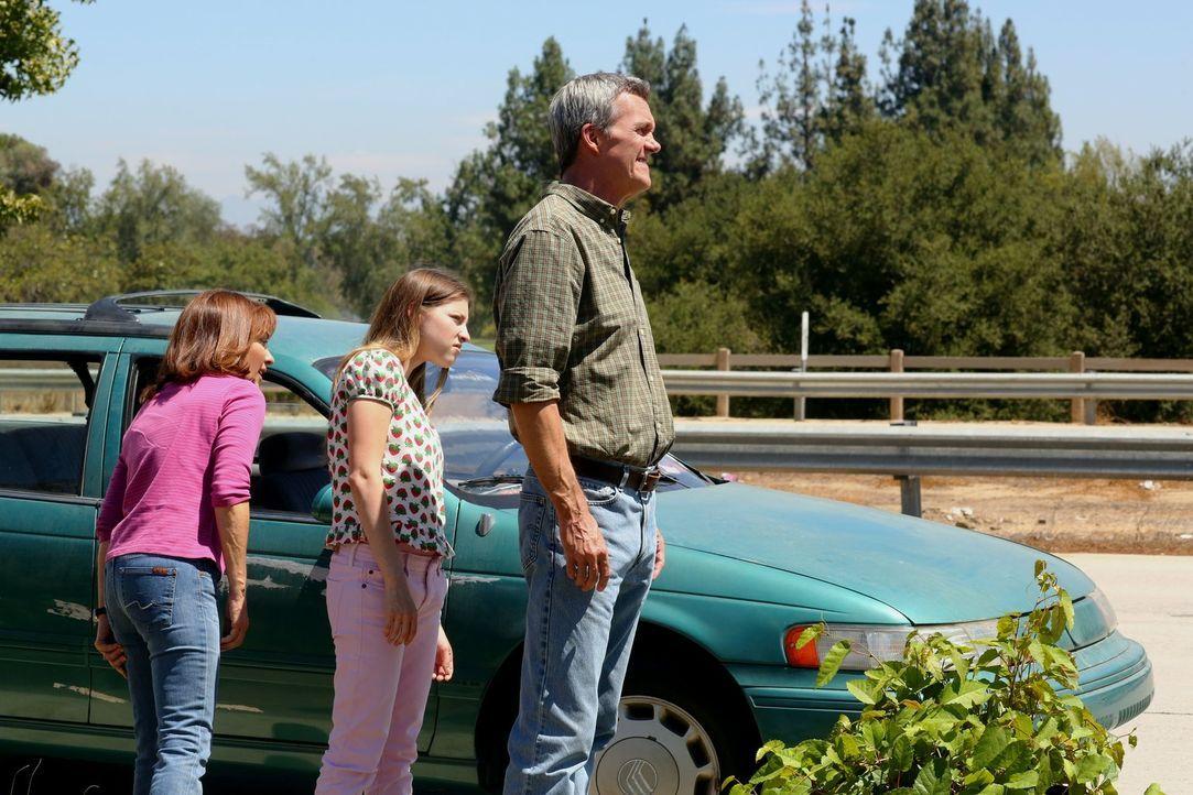 Axl zu chauffieren sollte eigentlich nur kurz dauern, doch mit Frankie (Patricia Heaton, l.), Sue (Eden Sher, M.) und Mike (Neil Flynn, r.) gemeinsa... - Bildquelle: Warner Brothers