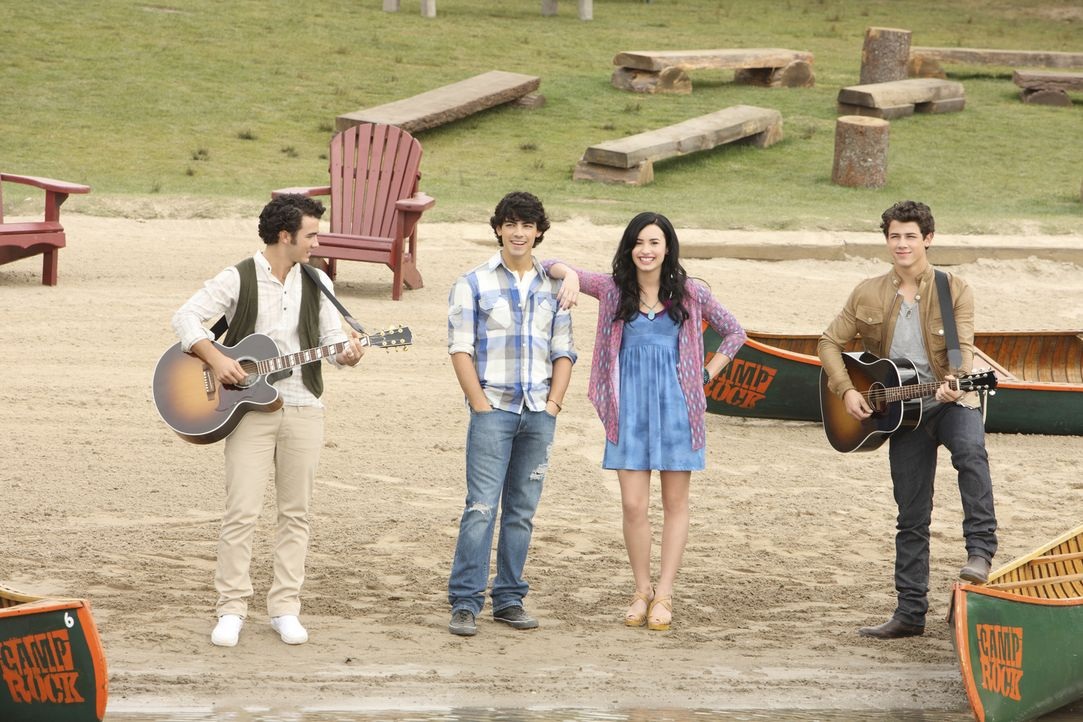 """Gelingt es (v.l.n.r.) Jason (Kevin Jonas), Shane (Joe Jonas), Mitchie (Demi Lovato) und Nate (Nick Jonas) """"Camp Rock"""" gegen die starke Konkurrenz vo... - Bildquelle: Disney"""