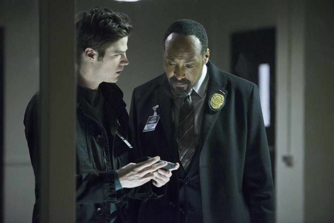 Während Barry (Grant Gustin, l.) und Joe (Jesse L. Martin, r.) einen Serienkiller aufhalten wollen, bittet Iris Eddie darum, ihr bei der Suche nach... - Bildquelle: Warner Brothers.