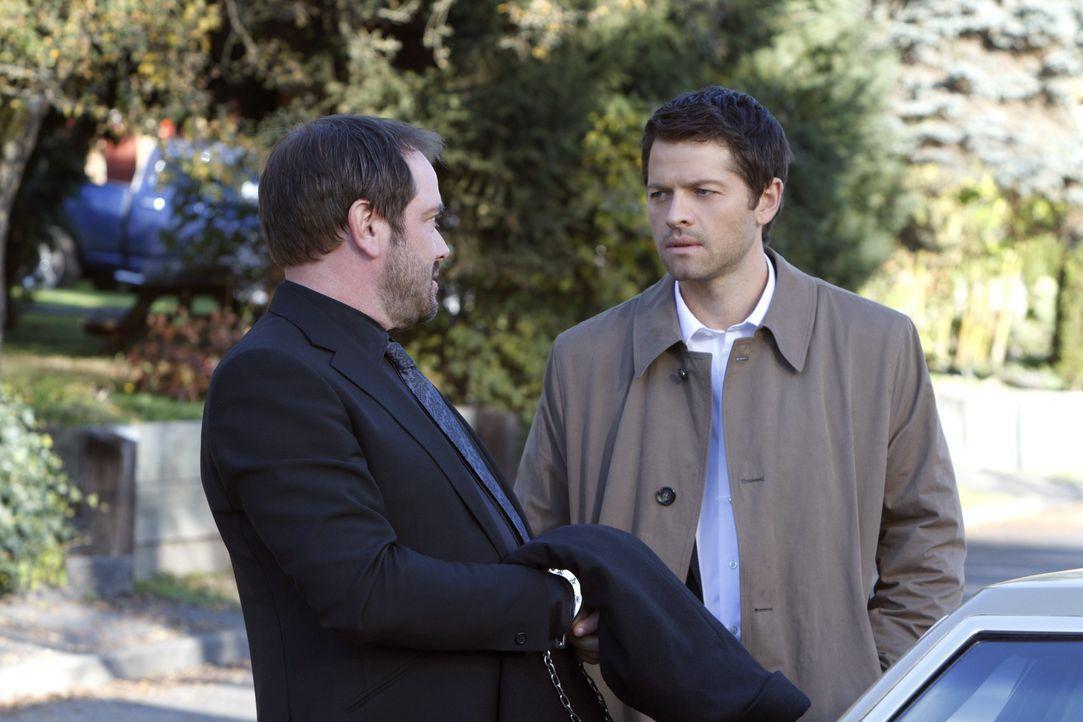 Können Crowley (Mark Sheppard, l.) und Castiel (Misha Collins, r.) wirklich zusammenarbeiten? - Bildquelle: 2013 Warner Brothers