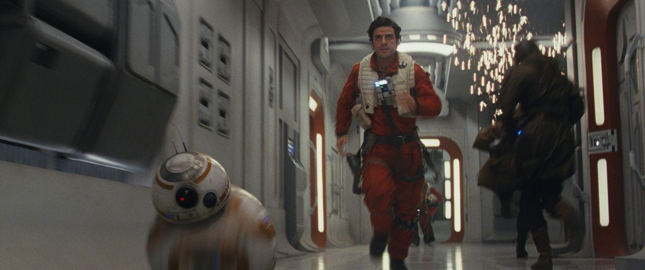 BB-8 (l.); Poe Dameron (Oscar Isaac, r.) - Bildquelle: 2017 & TM Lucasfilm Ltd.