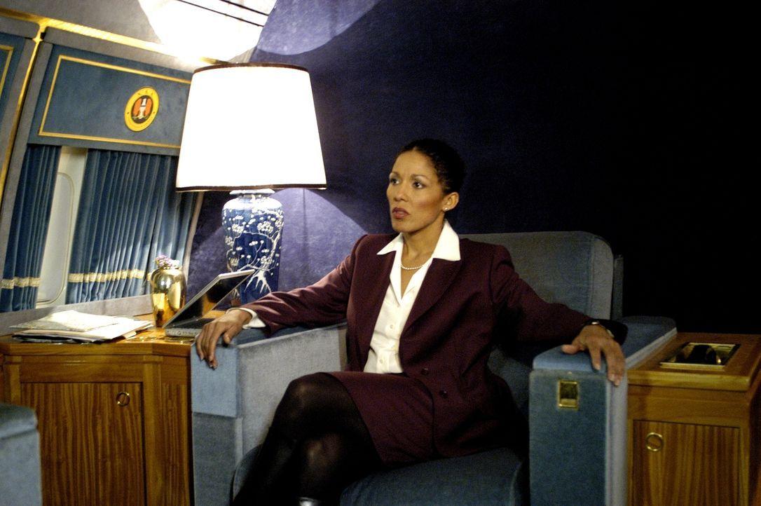 Kaum beginnen die Sicherheitsberaterin des US-Präsidenten (Caroline Lee Johnson) und der Terrorist Jamar mit den Verhandlungen, da greifen Söldner d... - Bildquelle: Licensed by E.M.S. New Media