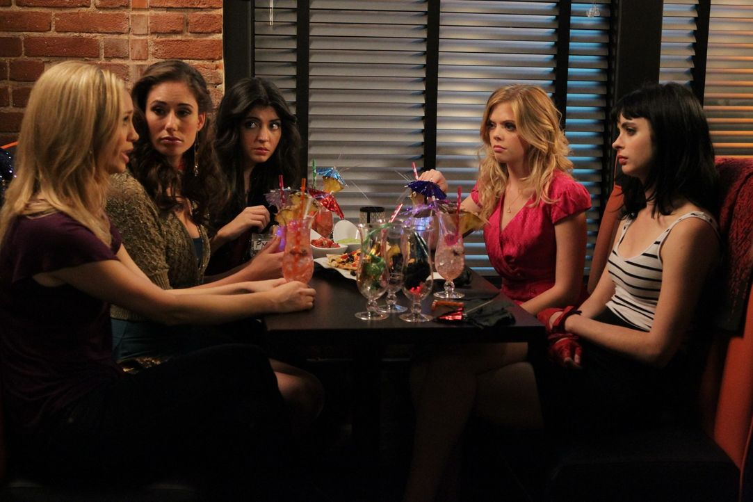 Zusammen mit Stephanie (Fiona Gubelmann, l.), Ashley (Jessica Blair Herman, 2.v.l.) und Carmen (Amanda Perez, M.) verbringen June (Dreama Walker, 2.... - Bildquelle: 2012 American Broadcasting Companies. All rights reserved.