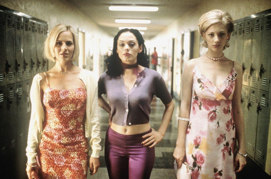 Durch geschickte Erpressung gelingt es dem Mauerblümchen Vylette (Judy Greer, r.), Julie (Rebecca Gayheart, l.) und Courtney (Rose McGowan, M.) zu z... - Bildquelle: Columbia TriStar