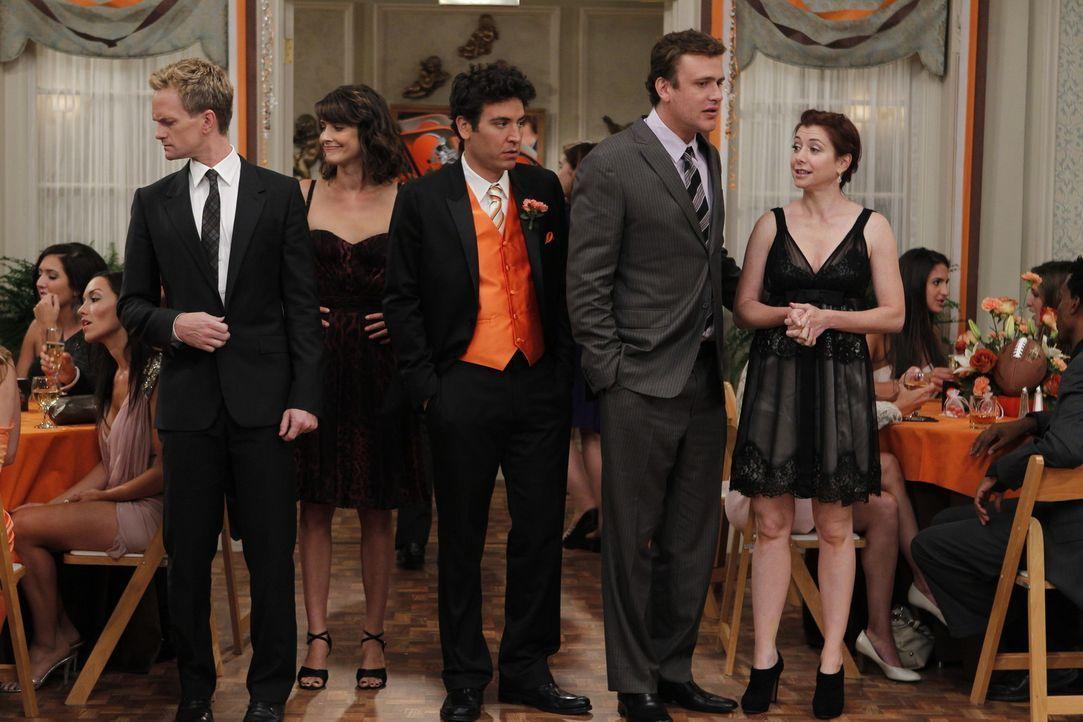 Rückblick auf eine ganz besondere Hochzeit: (v.l.n.r.) Barney (Neil Patrick Harris), Robin (Cobie Smulders), Ted (Josh Radnor), Marshall (Jason Seg... - Bildquelle: 20th Century Fox International Television