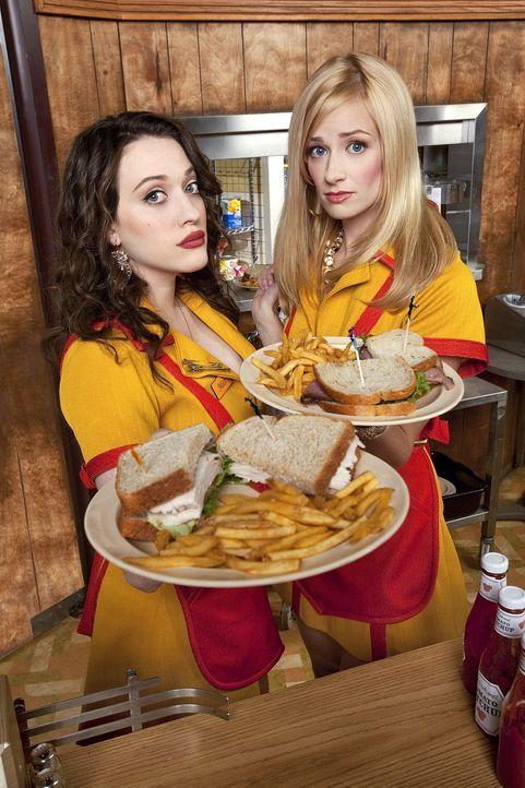 (3. Staffel) - Die 22-jährigen Kellnerinnen Max (Kat Dennings, l.) und Caroline (Beth Behrs, r.) wollen sich ihren Traum verwirklichen und eine Kond... - Bildquelle: Warner Brothers