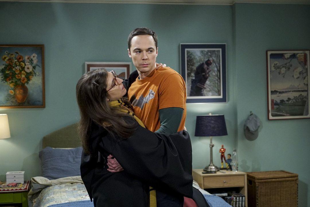 Um endlich zum Zuge zu kommen, hat sich Amy (Mayim Bialik, l.) extra für Sheldon (Jim Parsons, r.) verkleidet, doch der macht die ganze erotische St... - Bildquelle: 2016 Warner Brothers