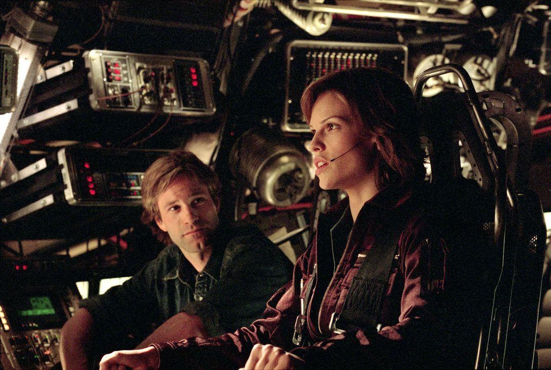 Auf Dr. Keyes (Aaron Eckhart, l.) und Pilotin Childs (Hilary Swank, r.) wartet eine nervenaufreibende Reise zum inneren Kern unseres Planeten ... - Bildquelle: TM & Copyright   2003 by Paramount Pictures. All Rights Reserved.