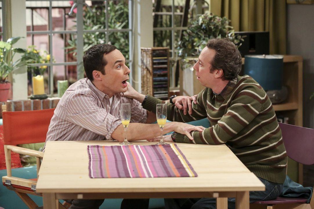 """Wie erwartet endet Sheldons (Jim Parsons, l.) """"Test-Brunch"""" in einem peinlichen Desaster. Zahlreiche Drinks scheinen zumindest die Stimmung vom Gast... - Bildquelle: 2016 Warner Brothers"""