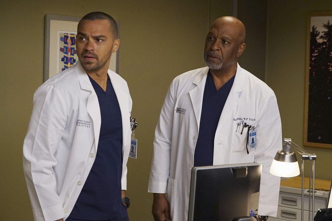 Da April gegen Jackson (Jesse Williams, l.) eine einstweilige Verfügung erwirkt hat, können sie nicht zusammen operieren. Webber (James Pickens Jr.,... - Bildquelle: Eric McCandless ABC Studios