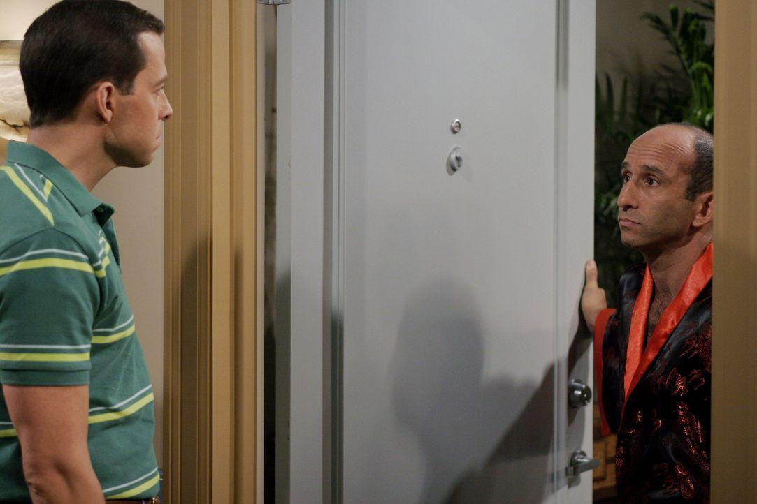 Die Scheidung von Alan (Jon Cryer, l.) und Kandi steht bevor. Alan streitet mit ihr über das Sorgerecht für ihren gemeinsamen Hund Chester und dro... - Bildquelle: Warner Brothers Entertainment Inc.