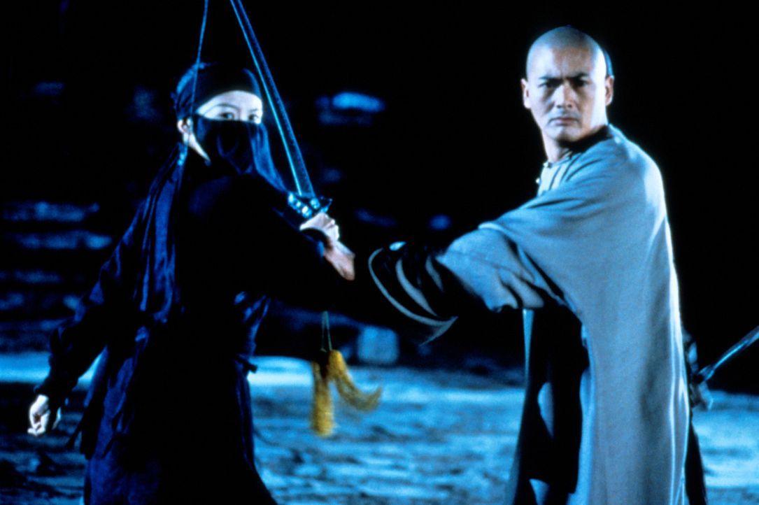 Gemeinsam nehmen Gouverneurstochter Jen Yu (Zhang Ziyi, l.) und Martial-Arts-Kämpfer Li Mu Bai (Chow Yun-Fat, r.) den Kampf gegen die Unholde auf ... - Bildquelle: ARTHAUS Filmverleih