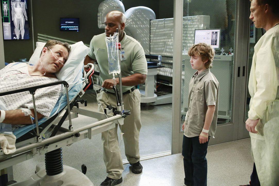 Ethan (Kyle Silverstein, 2.v.r.) kam bei der Explosion eines Gastankers glimpflich davon. Sein Vater Paul (Michael Bale, l.) jedoch kämpft um sein... - Bildquelle: ABC Studios