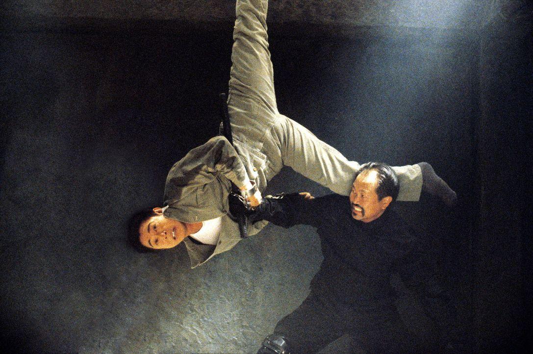 Obwohl an Händen und Füßen gefesselt, gelingt es Han (Jet Li), seine Gegner Schachmatt zu setzen ... - Bildquelle: Warner Bros. Pictures