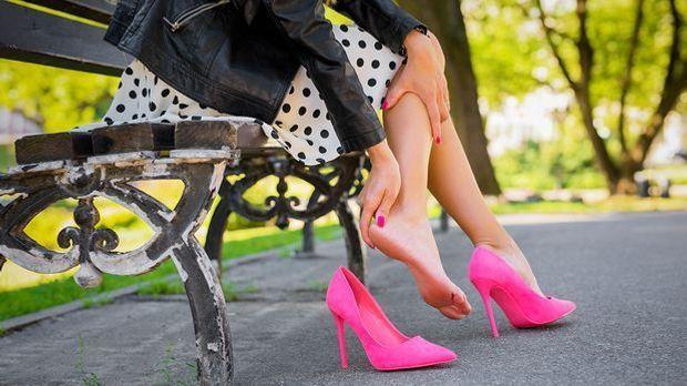 Bei Blasen am Fußgelenk hilft meist nur ein Blasenpflaster aus dem Drogeriema...