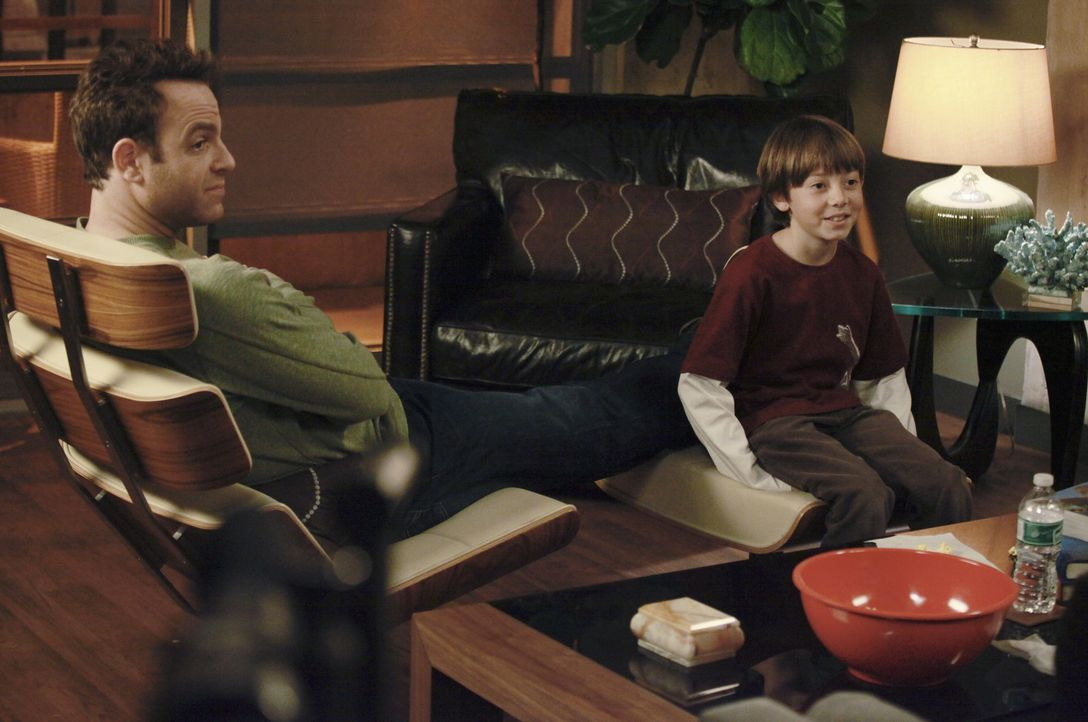 Genießen die gemeinsame Zeit: Cooper (Paul Adelstein, l.) und Mason (Griffin Gluck, r.) ... - Bildquelle: ABC Studios