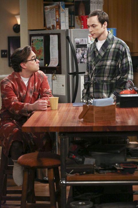 Nachdem Leonard (Johnny Galecki, l.) seiner Freundin keine Antwort auf eine bedeutende Frage geben kann, sucht er Trost bei Sheldon (Jim Parsons, r.... - Bildquelle: Warner Brothers