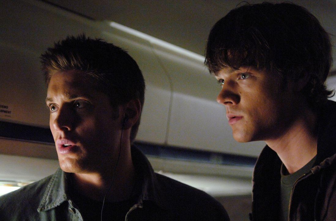 Nach und nach finden Sam (Jared Padalecki, r.) und Dean (Jensen Ackles, l.) heraus, dass sie den Geist eines Phantom Reisenden nur unschädlich mach... - Bildquelle: Warner Bros. Television