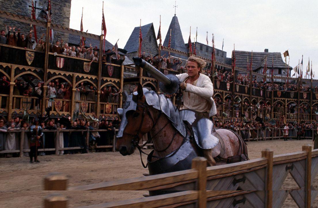 Weil seine Ritterrüstung den Geist aufgegeben hat, muss William (Heath Ledger) leichtbekleidet zum Finale antreten. Dennoch stürzt er sich wagemut... - Bildquelle: 2003 Sony Pictures Television International. All Rights Reserved
