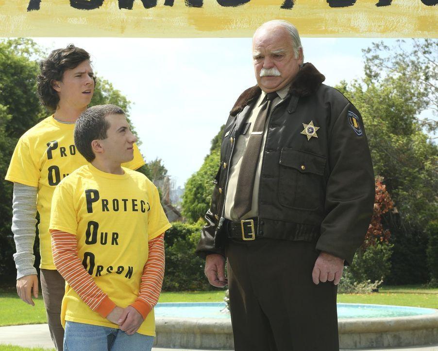 Noch ahnt Sheriff Dugan (Richard Riehle, r.) nicht, dass Axl (Charlie McDermott, l.) und Brick (Atticus Shaffer, M.) sich nicht nur aus Nächstenlieb... - Bildquelle: Warner Bros.