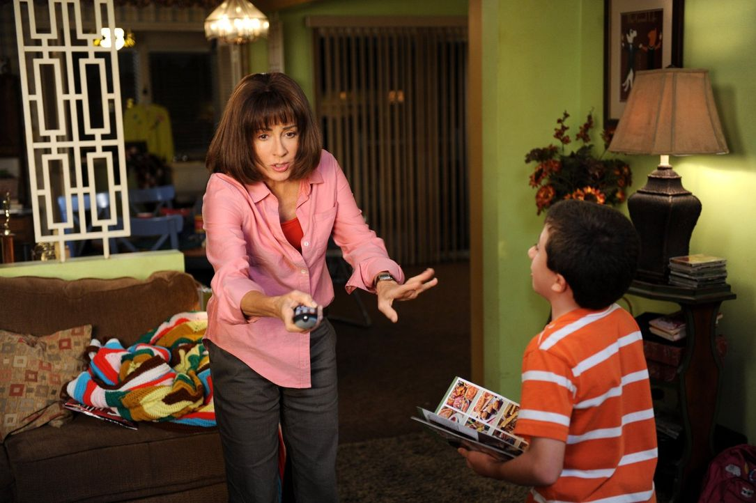 Weil Frankie (Patricia Heaton, l.) es zuhause nicht mehr aushält und nicht nur von Brick (Atticus Shaffer, r.) genervt wird, will sie sich einige Ze... - Bildquelle: Warner Brothers