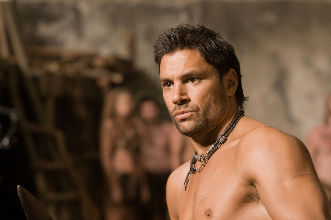 Unterrichtet seine geliebte Naevia im Kampf und ist schon bald überrascht, wie begabt sie ist: Crixus (Manu Bennett) ... - Bildquelle: 2011 Starz Entertainment, LLC. All rights reserved.