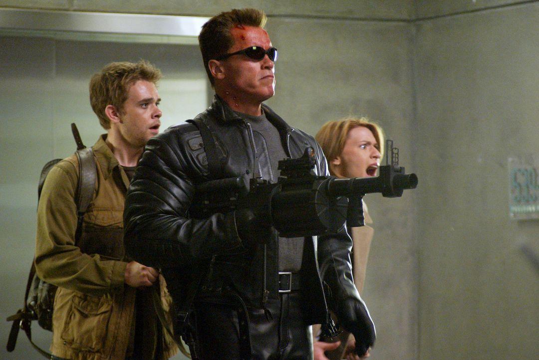 Zusammen müssen Kate Brewster (Claire Danes, r.), John Connor (Nick Stahl, l.) und T-800 (Arnold Schwarzenegger, M.) die überlegene T-X besiegen u... - Bildquelle: 2004 Sony Pictures Television International. All Rights Reserved.