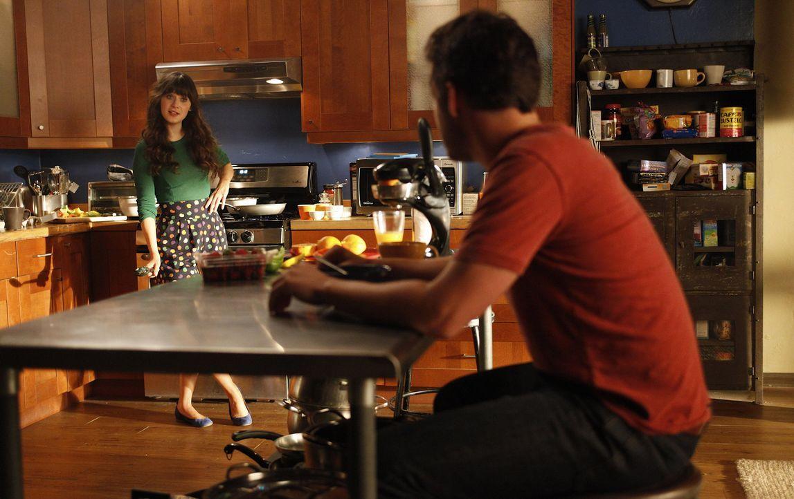 Cece ist sich sicher, dass Nick (Jake M. Johnson, r.) Jess (Zooey Deschanel, l.) nicht nur als Mitbewohnerin sieht, sondern auch ein anderes Interes... - Bildquelle: 20th Century Fox