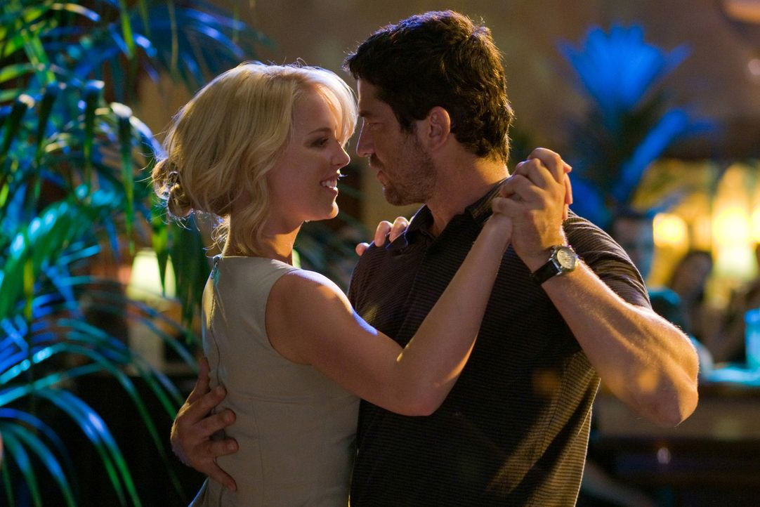 Nach und nach kommen sich Abby (Katherine Heigl, l.) und Mike (Gerard Butler, r.) näher ... - Bildquelle: 2009 Columbia Pictures Industries, Inc. and Beverly Blvd LLC. All Rights Reserved.